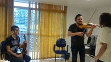 Bulgarian violinist Nikolay Sapoundjiev giving a masterclass to Rocinha violin students