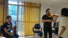 Bulgarian violinist Nikolay Sapoundjiev giving a masterclass to Rocinha violin students