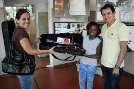 Student Laiza receives one of our violins at the Orquestrando a Vida project in Campos dos Goytacazes, May 2017